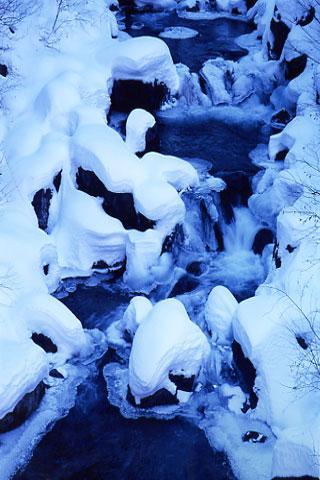 渓谷雪化粧